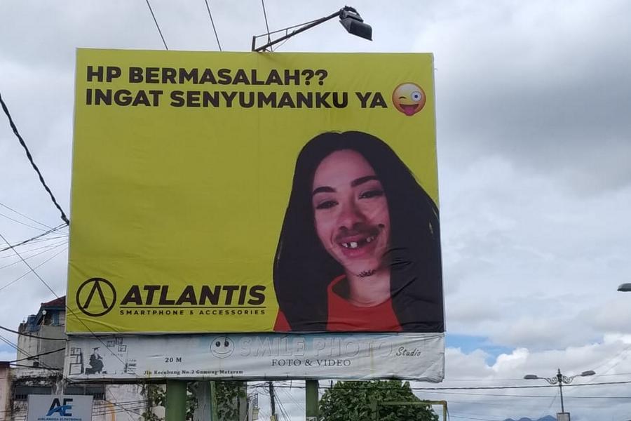 Awalnya Disangka Korban Vandalisme, Baliho Unik Ini Sedot Perhatian Warga