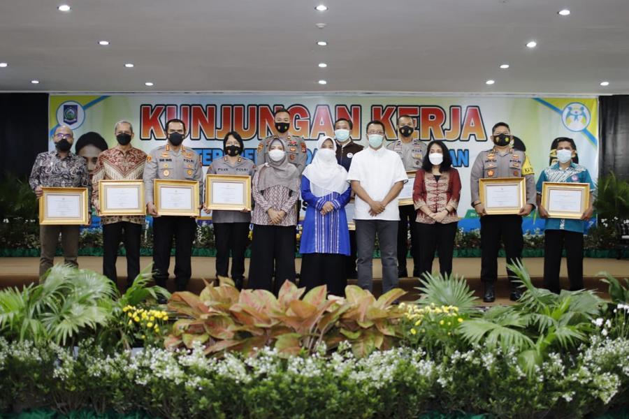 Menteri PPPA Beri Penghargaan Kepada Gubernur NTB Atas Pengesahan Perda Perkawinan Anak
